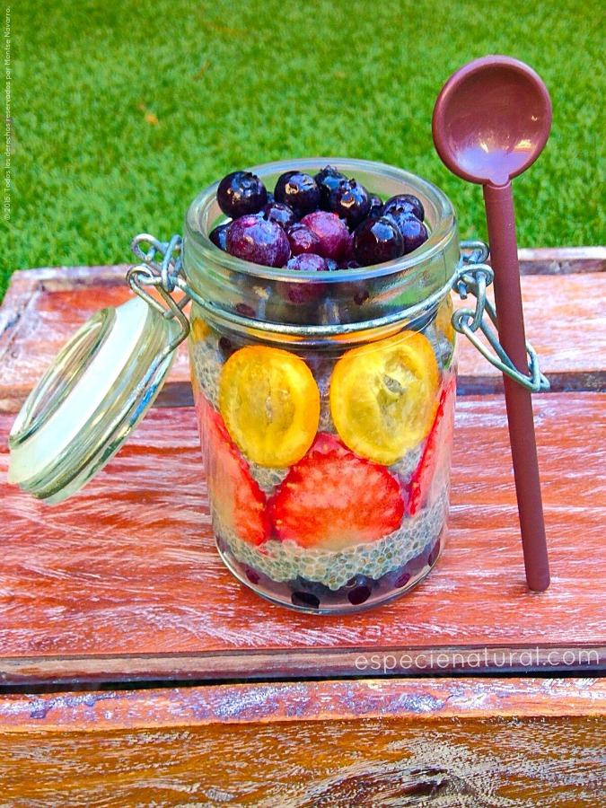 Puding de semillas de chía con frutos rojos y kumquat