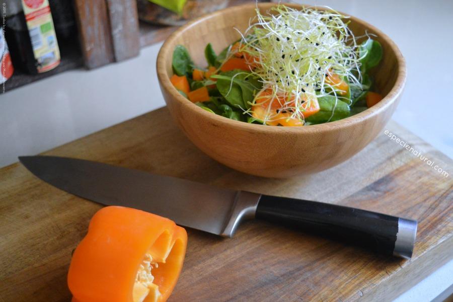 Ensalada de brotes con pimiento naranja y germinados de cebolla