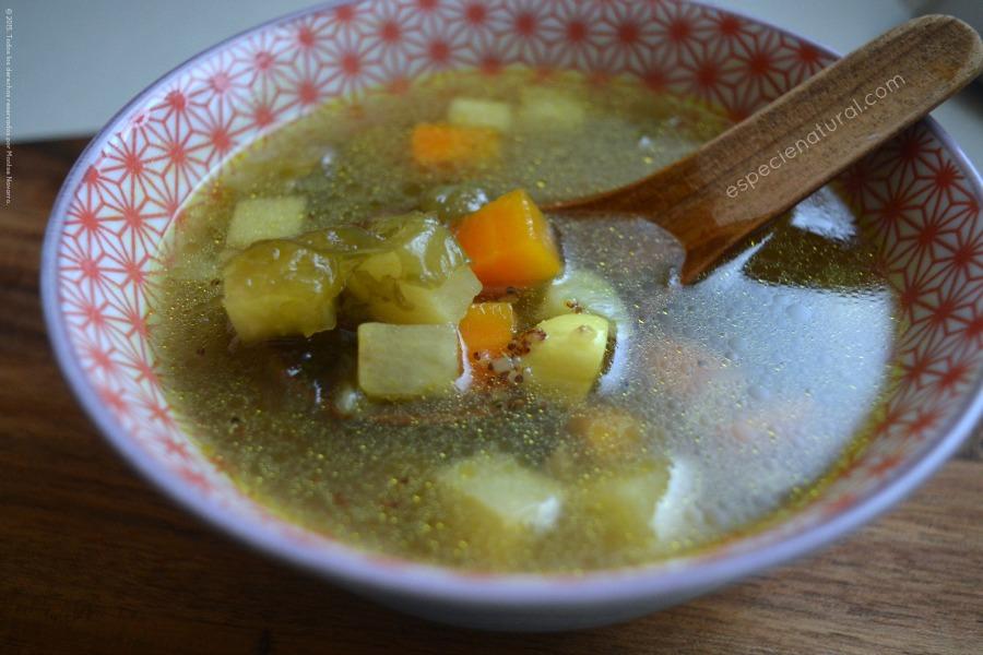 Sopa de tubérculos, musgo de Irlanda y canihua