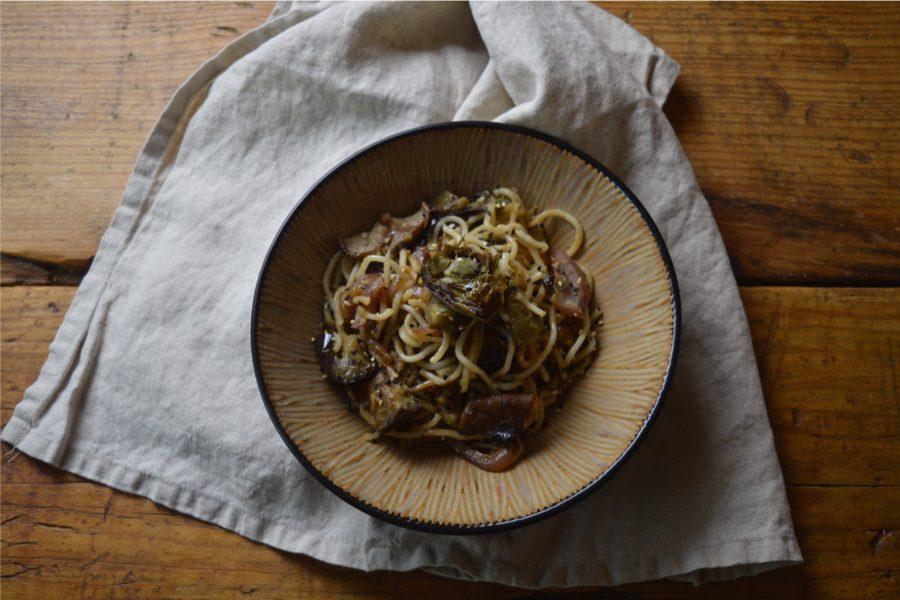 Noodles con berenjena, shiitake y alcachofa